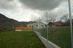 Изпълнява се вертикалната планировка и ограда около имота