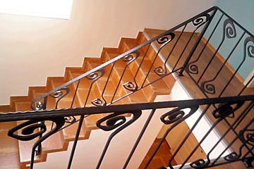 Стълбището е изградено със система за сух под Knauf Vidifloor и облицовано с гранитогрес