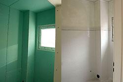 Банята е изпълнена с обшивка от водоустойчив гипсокартон и облицована с фаянс в ретро стил