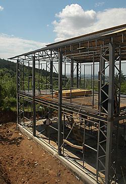 Завършена носеща конструкция на двуетажна сграда
