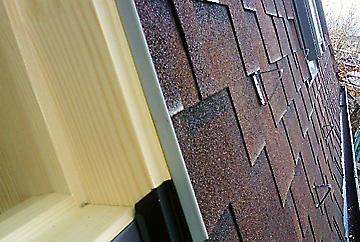 Покрив изпълнен с керемиди Tegola Gothik, монтирани се покривни прозорци Velux